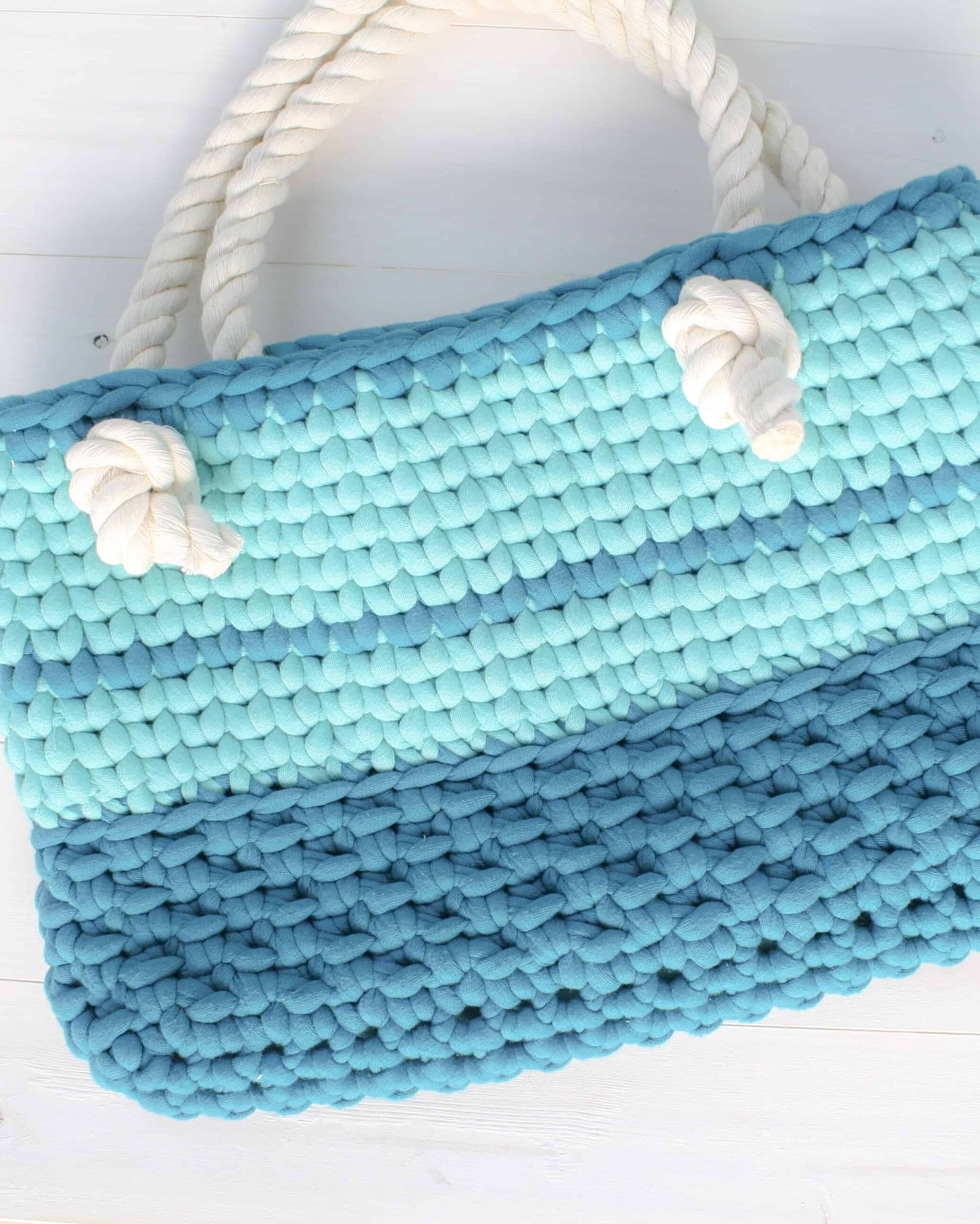 Crochet up this quick Summer Day Bag to compliment any of your summer outfits. This project uses Bernat Maker Big yarn and works up in only 22 rows. The free crochet pattern walks you through how to modify a single crochet stitch to create lots of texture. #crochet #freecrochet #freepattern #quick #texture #bag #crochetbag