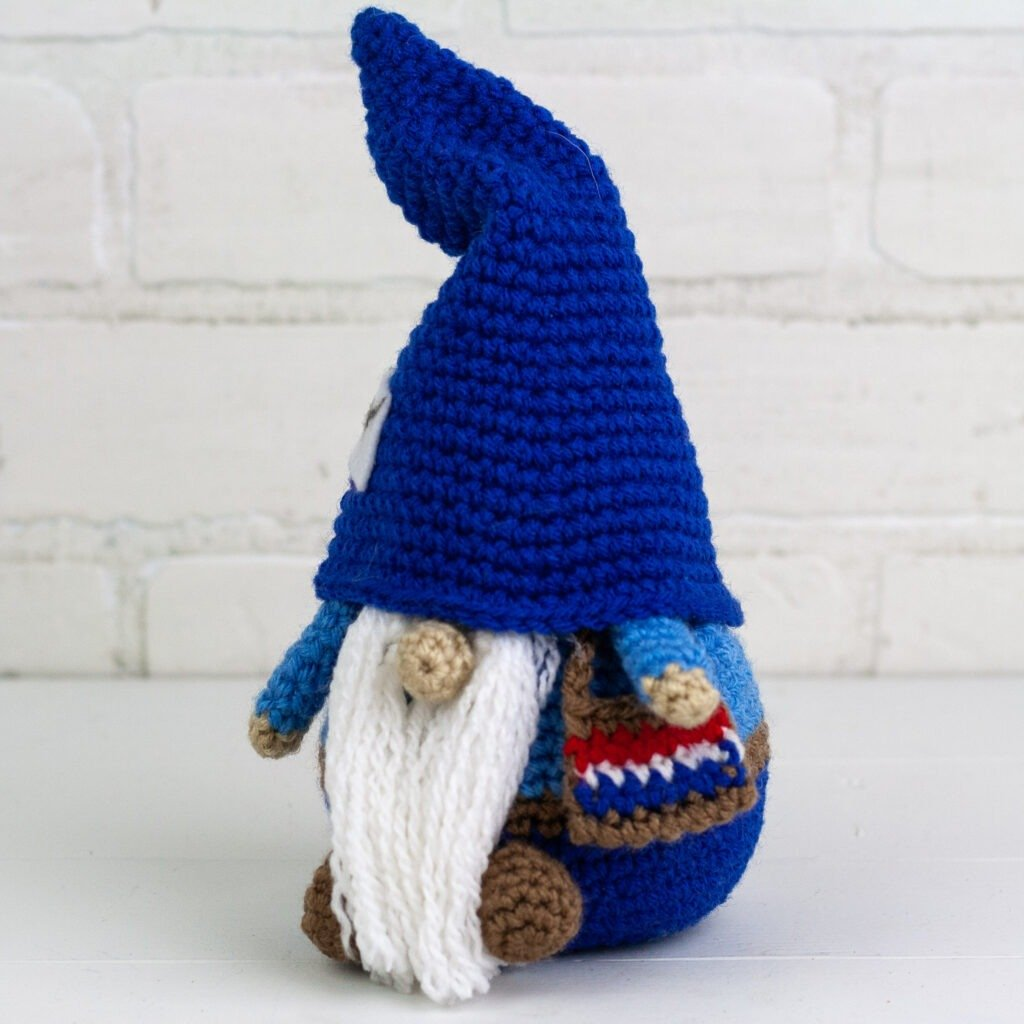 Crochet this little mailman gnome to bring you all your online purchases and Christmas cards. The free crochet pattern for this gnome is easy to follow.