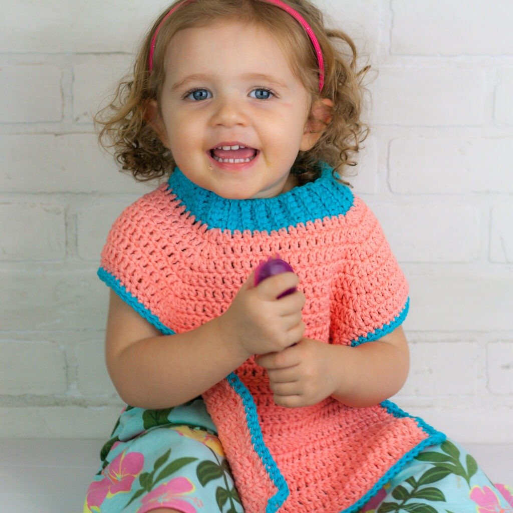 Free crochet pattern for an easy colorful crochet baby bib. Pattern complete with a video tutorial to help you through the pattern.
