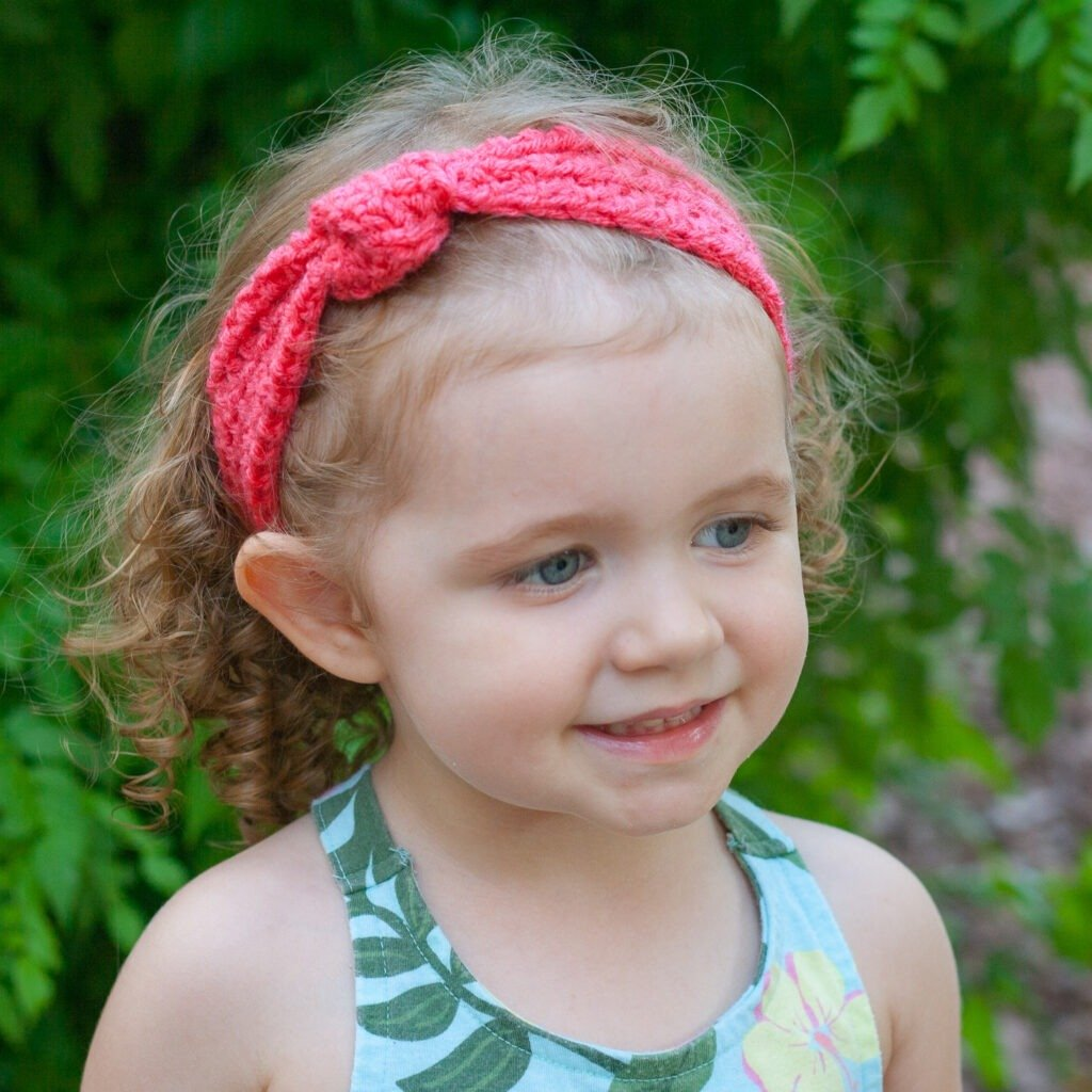 This free crochet pattern is perfect for beginners. This crochet knotted headband pattern is easy to follow and makes a perfect quick and easy gift.