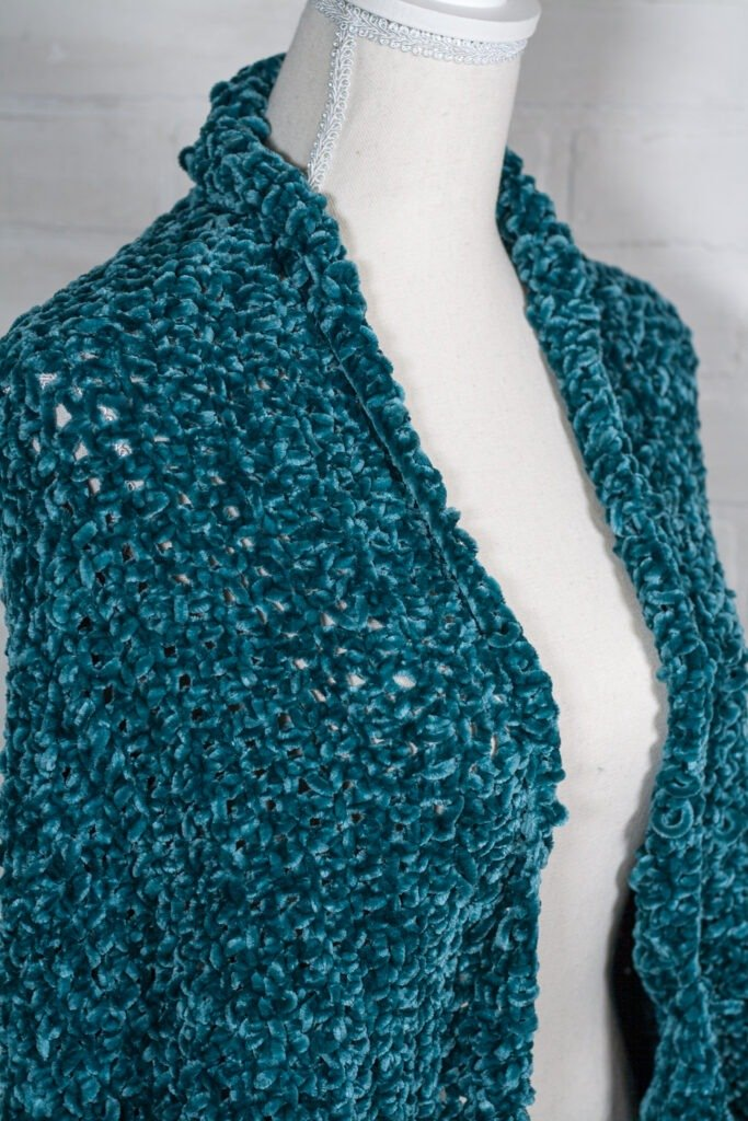 This free crochet pattern is perfect for beginners. This oversized crochet cocoon cardigan is super cozy made of velvet yarn.