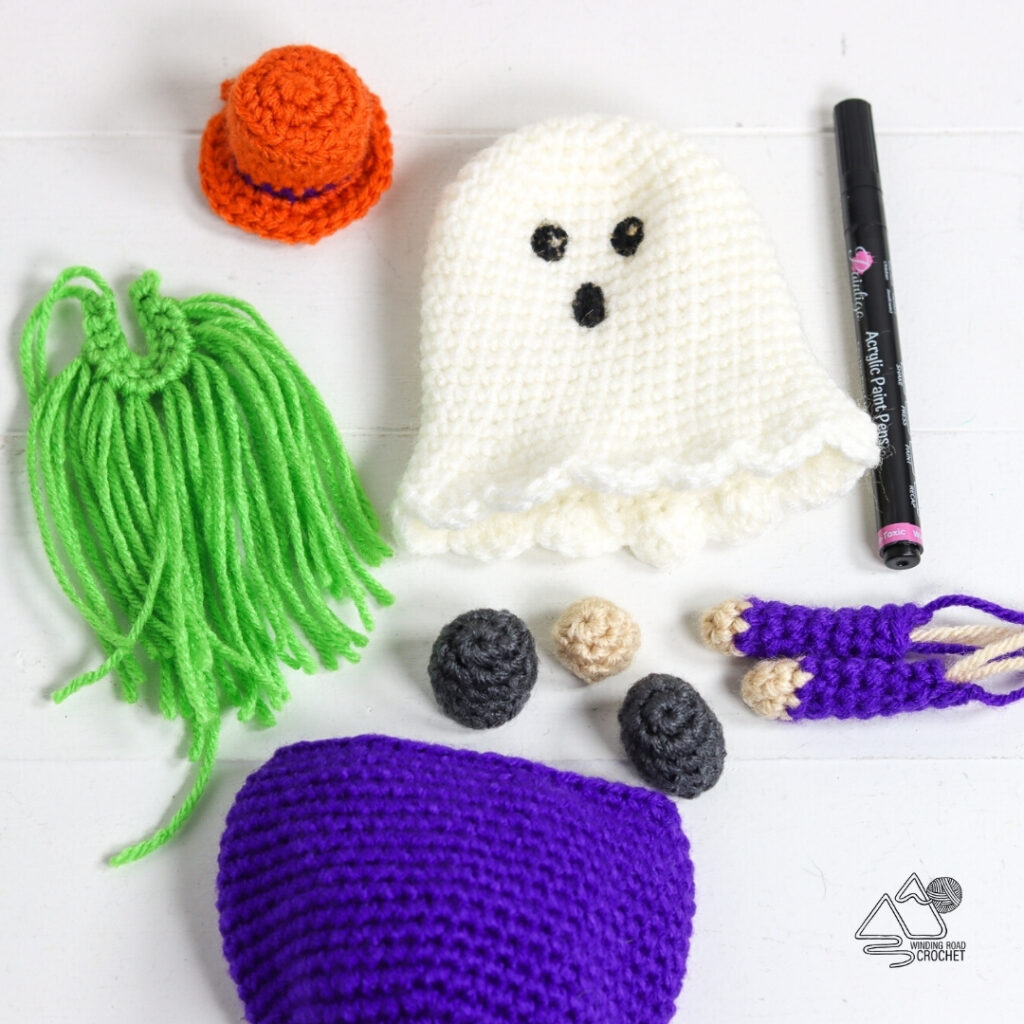 Ein gehäkelter Geisterzwerg ist ein tolles Geschenk für die Feiertage.  Kostenlose Häkelanleitung für einen süßen Halloween-Gnom mit hilfreichen Videos.